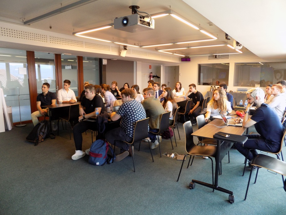 Estudiantes en la sala del evento